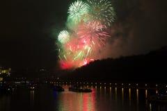 Verbazende heldere rode, gele, groene vuurwerkviering van het nieuwe jaar 2015 in Praag met de historische stad op de achtergrond Stock Fotografie