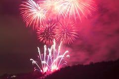 Verbazende heldere rode vuurwerkviering van het nieuwe jaar 2015 in Praag over het metronoombeeldhouwwerk Stock Foto's
