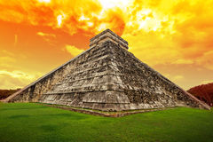 Verbazende hemel over piramide Kukulkan in Chichen Itza Royalty-vrije Stock Fotografie