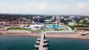 Verbazende hoogste mening over tropisch luxehotel met zwembad bij dichtbijgelegen oceaan video Hoogste mening van het luxehotel d stock video