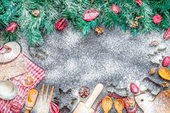 Verbazende Kerstmisachtergrond met Kerstboom en Werktuigen voor Kerstmis het Koken op Donkere Steenachtergrond Stock Fotografie