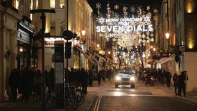 Verbazende Kerstmisdecoratie bij Zeven Wijzerplaten in 's nachts Londen stock footage