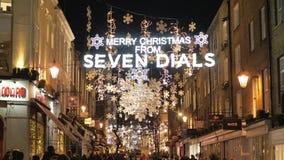 Verbazende Kerstmisdecoratie bij Zeven Wijzerplaten in 's nachts Londen stock videobeelden