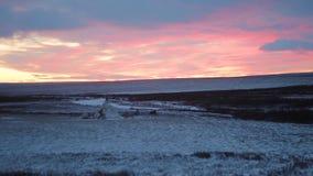 Verbazende kleur van hemel in het midden van het Noordpoolgebied in toendra, met een yurt in het midden stock footage