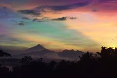 Verbazende kleurrijke zonsopgang met montainlandschap Stock Afbeeldingen