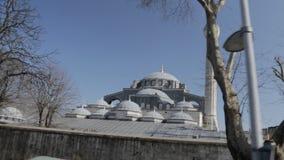 Verbazende koepels en minaret van Kilic Ali Pasha Mosque, het oriëntatiepunt van Istanboel, Turkije stock videobeelden