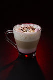 Verbazende koffiekop op rode achtergrond Stock Foto
