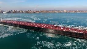 Verbazende lucht4k hommelmening over de grote tanker die van het het vrachtschipschip van de containervracht in de rivierzeegezic stock videobeelden