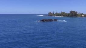 Verbazende lucht4k hommelmening over diep blauwe tropische Vreedzame oceaan van het eilandmaui Keanae van Hawaï het zeegezichthor stock footage