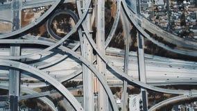 Verbazende luchtlockdownmening van auto's die zich door de grote complexe uitwisseling van de wegverbinding in Los Angeles, de V. stock video