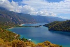 Verbazende luchtmening van Blauwe Lagune in Oludeniz, Turkije De zomerlandschap met bergen, groen bos, azuurblauw water, zandig s Stock Foto