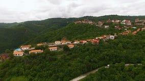 Verbazende luchtmening van de stad en de bergen van Sighnaghi in Georgië, groen landschap stock videobeelden