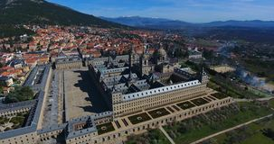 Verbazende luchtmening vanaf de bovenkant met een brede hoek van Gr Escorial, Madrid, Spanje Espana stock videobeelden