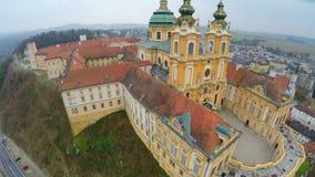 Verbazende luchtparademening van Melk-Abdij, Oostenrijk De mooie bouw in Barokke stijl stock footage