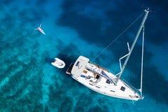 Verbazende mening aan jacht, zwemmende vrouw en duidelijk water in Caraïbisch paradijs Royalty-vrije Stock Fotografie