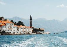 Verbazende mening bij oude stad Perast in Montenegro stock afbeelding