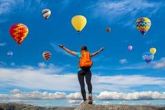 Verbazende mening met sportmeisje en heel wat hete luchtballons Arti Stock Fotografie