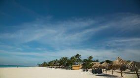 Verbazende mening over Eagle Beach van het Eiland van Aruba caraïbisch Turkoois zeewater en blauwe hemel Geschoten op Canon 5D Ma stock footage
