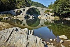 Verbazende mening van de Brug van de Duivel dichtbij Ardino-stad, Bulgarije stock afbeeldingen