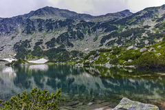Verbazende mening van de Piek van Banderishki Chukar en het Vissenmeer, Pirin-Berg royalty-vrije stock foto