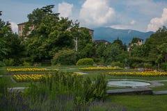 Verbazende mening van de tuin van Villataranto in de lentetijd, Pallanza, Piemonte Royalty-vrije Stock Afbeeldingen