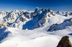 Verbazende mening van Franse Alpen met de toppen die met sneeuw worden behandeld De wintervakantie in chamonix-Mont-Blanc tijdens royalty-vrije stock afbeeldingen