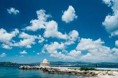 Verbazende mening van Heilige Theodore Lantern Schilderachtig landschap met mooie wolken De Aard van Argostolivilagito Torony royalty-vrije stock foto's