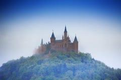Verbazende mening van Hohenzollern-kasteel in nevel stock afbeelding