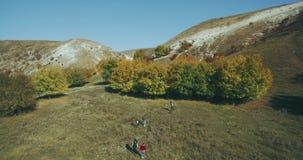 Verbazende mening van hommel van groep vrienden bij aard, verbazend landschap in de herfst stock video