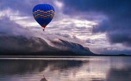 Verbazende mening van mooi landschap met bergen, wolken en r Royalty-vrije Stock Afbeelding