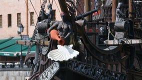 Verbazende mening van oud Galjoenschip met mooie standbeelden op dek die op rivier varen stock video