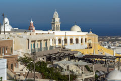 Verbazende mening van stad van Fira, Santorini-eiland, Thira, Griekenland Royalty-vrije Stock Foto's