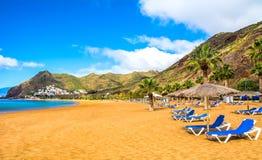 Verbazende mening van strand las Teresitas met geel zand Plaats: Santa Cruz de Tenerife, Tenerife, Canarische Eilanden Artistiek  stock afbeelding