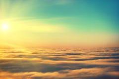 Verbazende mening van vliegtuig op de hemel Stock Foto's