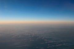 Verbazende mening van vliegtuig op de hemel, de zonsondergangzon en de wolken Stock Foto