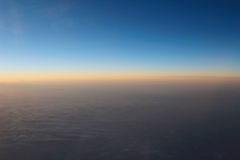 Verbazende mening van vliegtuig op de hemel, de zonsondergangzon en de wolken Royalty-vrije Stock Afbeeldingen