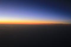 Verbazende mening van vliegtuig op de hemel, de zonsondergangzon en de wolken Royalty-vrije Stock Foto