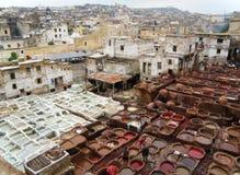 Verbazende Mening van Witte en Roodbruine Kleurstofkuilen van de Leerfabriek in Fez van Marokko Stock Foto