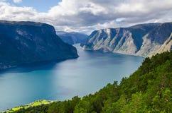 Verbazende mening voor het Stegastein-vooruitzicht met een kleine boot die op Aurlandfjord varen royalty-vrije stock afbeeldingen
