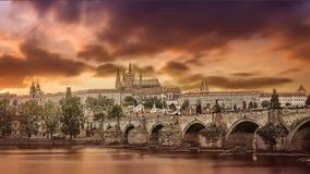 Verbazende meningen van de stad en de brug over Vltava Stock Foto's
