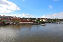 Verbazende meningen van de Vltava-Rivier en zijn nabijheid royalty-vrije stock foto's