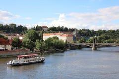 Verbazende meningen van de Vltava-Rivier en zijn nabijheid royalty-vrije stock afbeeldingen