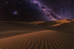 Verbazende meningen van de woestijn van de Sahara onder de nacht sterrige hemel stock foto's
