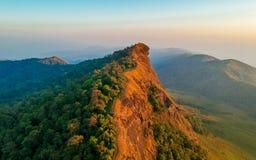 Verbazende menings duidelijke hemel op de hoogste berg met twee verschillende hemelkleur royalty-vrije stock afbeelding