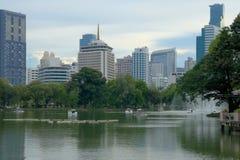 Verbazende middag, oever van het meerhorizon van Bangkok, Thailand van het hart van de stad, Lumpini-Park royalty-vrije stock afbeelding
