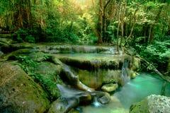 Verbazende mooie diepe boswaterval in het Nationale Park van Erawan, Stock Foto