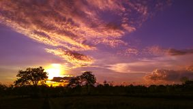 Verbazende mooie zonsondergang en wolken royalty-vrije stock foto's