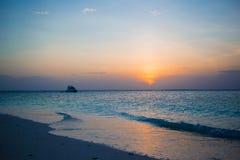 Verbazende mooie zonsondergang op een exotisch Caraïbisch strand stock afbeelding