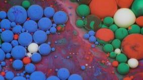 Verbazende multicolored bellen van verf op de olieoppervlakte Verf in olie stock videobeelden
