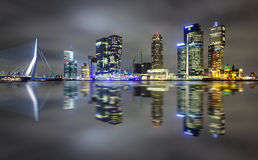 Verbazende nachtbezinning van Erasmus brug en verscheidene wolkenkrabbers in Rotterdam, Holland stock afbeelding